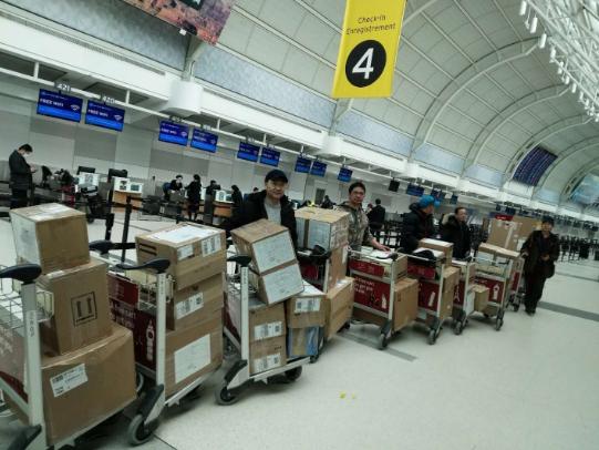 捐赠者在加拿大机场护送捐赠物资